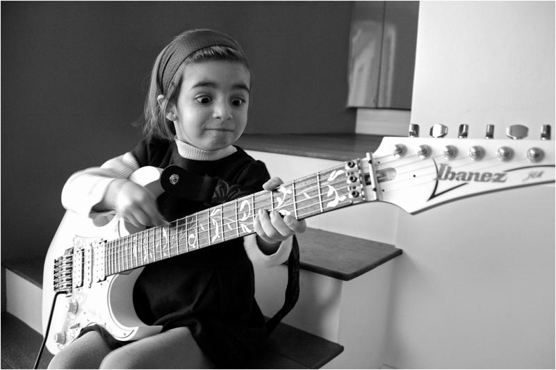 s-roye-petite-fille-a-la-guitare