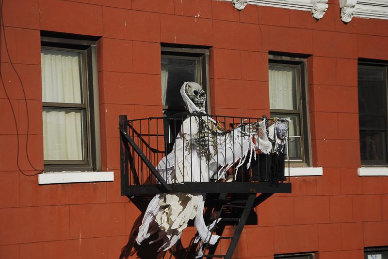 davoult-squelette-au-balcon-noel-au-tison